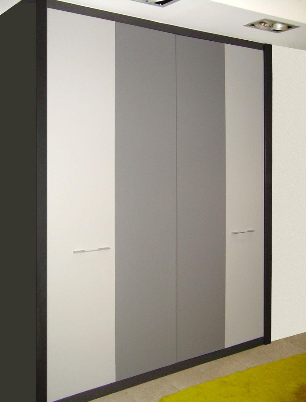 Armario puertas abatibles en melaminas con tonos grises