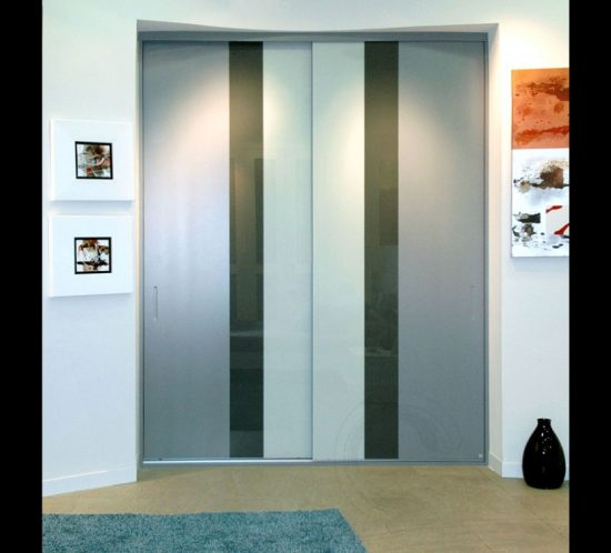 Armario deslizante en lacado gris con vidrios