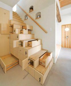 Escalera con armarios para almacenar