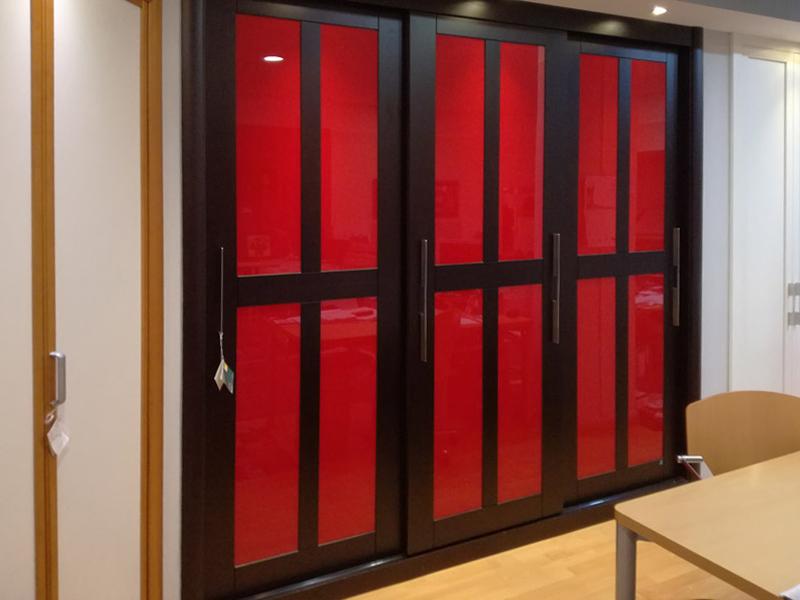 Armario wengue vidrio rojo